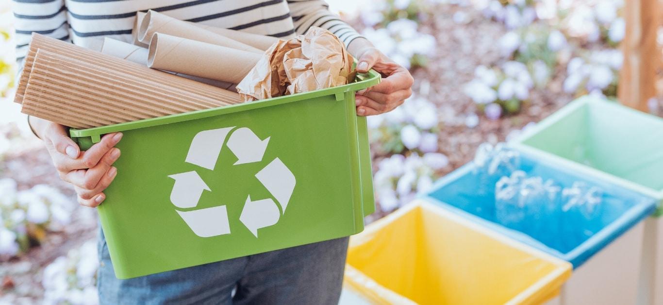Osoba trzymająca posegregowane śmieci