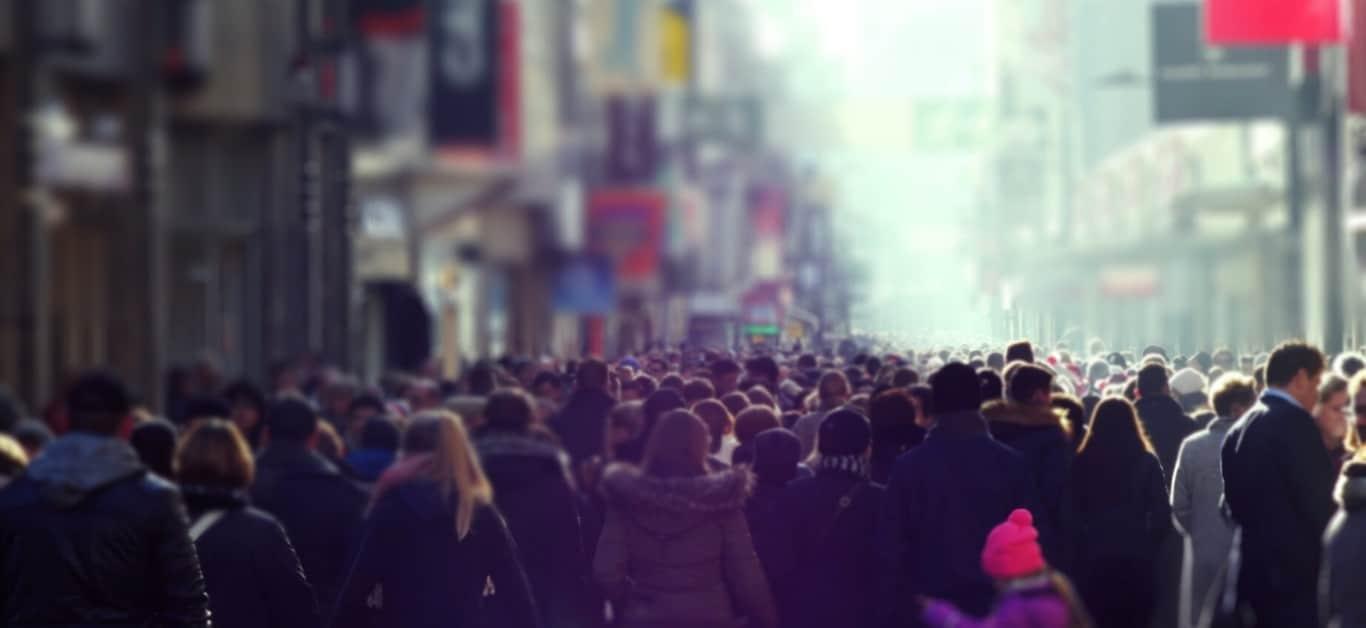 Tłum ludzi w mieście